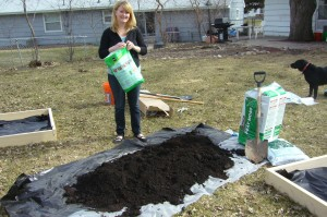 Use a large tarp to mix the compost, peat moss and vermiculite