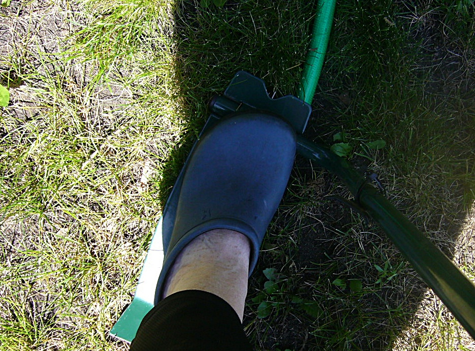 Using a step sod cutter, the garden shape is cut out.
